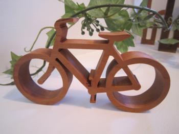 自転車好きの方は、こんなディスプレイがおすすめ。 チェリー材を使用した、自転車のミニチュアは、ハンドルやペダルなど、細かい場所もこだわって作られています。 強度があり、見た目が美しいチェリー材は、時を経て美しい飴色に変化していきます。 長く大切にしたい作品です。
