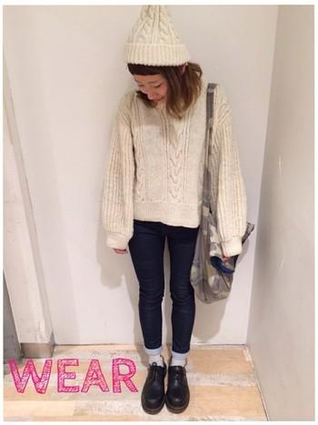 セーター×ニット帽を同じカラーで合わせて。 ふんわりした雰囲気が可愛らしいです♡