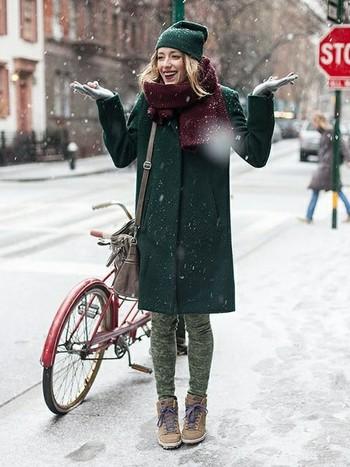 深みあるグリーンのコートと帽子を合わせて‥。 ボルドーのマフラーともマッチしていて可愛い!