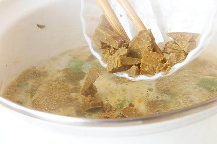 煮立ったら弱火にしてさらに5〜6分煮ます。カレールウとカレー粉を加えて、煮溶けたことが確認できたら牛乳を加えて煮立つ直前くらいにに塩コショウで味を調えましょう。