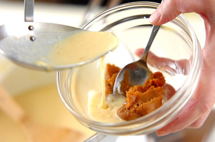 そのあと、牛乳を加えてから中火でコトコト。お味噌は、別のボールに入れておき、スープでのばしながらお鍋に加えます。