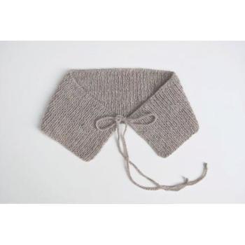 シンプルなラインがとても素敵。なんにでも合いそうです。ゴム編みで編みましょう。メリヤス編みだと丸まります。
