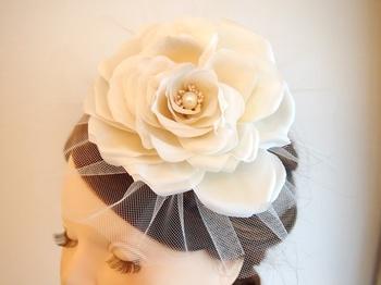 大輪の花が魅力的な、ヘッドドレス。 正統派のAラインドレスや、フレンチスリーブのデザインと合わせれば、歴史ある式場が似合う、クラシカルなスタイルが完成します。 馴染みやすいオフホワイトカラーは、小顔効果もあり。 付ける場所で雰囲気の変わる、素敵な作品です。