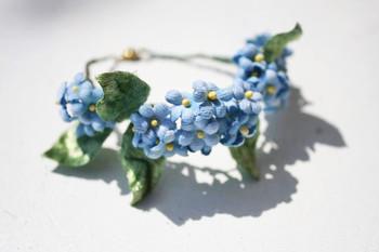 """わすれな草のブレスレットは、ナチュラルな雰囲気。 アンティークのドレスに合わせて着けたいですね。 海外では、青い色は""""サムシングブルー""""と呼ばれ、結婚式に身につけていると幸せになれるとの言い伝えがあります。 わすれな草の花言葉は、「誠の愛」。 結婚式にぴったりの、素敵な作品です。"""