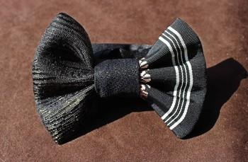 美しい蝶ネクタイは、700年以上の歴史を持つ博多織の作品。 金糸の入った織りは強い光沢があり、フォーマルシーンにぴったりの華やかさです。 本体はシルク100%。ベルト部分は柔らかなサテンで作られています。 クラシカルな花嫁と並べば、より魅力が引き立ちそうですね。