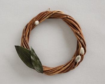 北東北に昔から伝わるあけびつる細工。そのあけび蔓の端材を使ったクリスマスリース。  プリザーブドフラワーになった山茶花とふわふわの猫柳が飾られている、ちょっと大人のリースです。