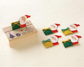 穏やかな香りを運んでくれるサンタさん。 手績み手織り麻で作られた絵形香は、さりげないプレゼントにも最適。桐箱に入っているから、クリスマス以外の季節にもそっと覗いてみたくなりそう。