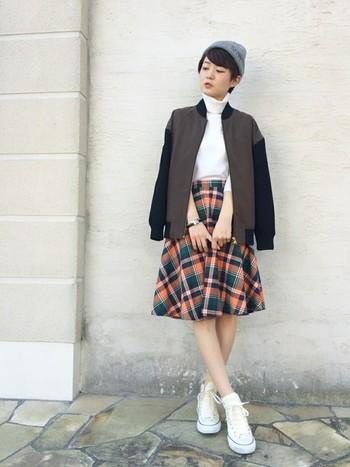 チェックのフレアスカートがいい味出してます♡ジャケットとニット帽と合わせて甘辛MIX。