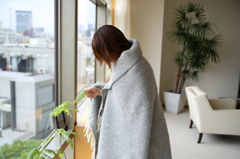 肌寒い日は、クルッと体ごと巻かれてホッとできる暖かさ。
