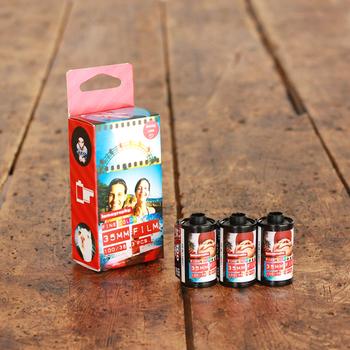 Lomographyの35mm用「Lomo Film 100」フィルム。 フィルム感度は100。 フィルム感度は高いから良い、という訳ではありません。 色彩表現が豊かで静止画像におすすめ。  コンパクトフィルムカメラLomo LC-Aや、トイカメラと相性も◎屋外でも豊かな色が引き出せます。  味のある写真が撮れるので、「レトロ」感を出したい方にオススメです!