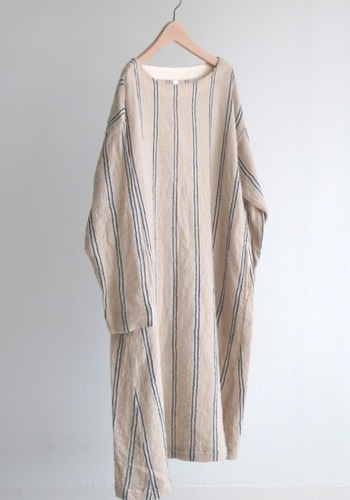 ウール100%なので、冬でも一枚で着られるワンピース。「ウール綾リファインガーゼ」という軽やかな風合いの生地になっています。