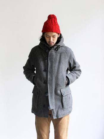 毎年進化し続けるEEL(イール)のオーロラマンコート。今年は3.0。厚手のウールを使用したこのコートは、裏地にはボア素材を使用しており保温性抜群。ポケットの上にはハンドウォーマーがあるので、寒いときにポケットに手を入れがちな彼のシルエットもだらしなくなりません。