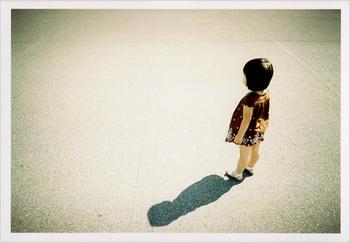 屋外で撮ると影がくっきりと出て、味のある写真が撮れます。 かわいい女の子の黒髪が引き立って、とってもレトロな雰囲気。