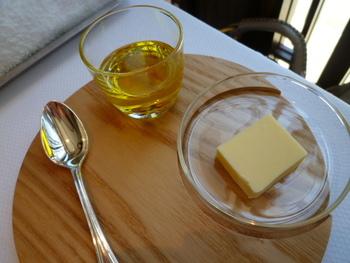 仕上がりの感じが軽いのはオリーブオイルorサラダ油。反対にこってりとしたものを作りたいときは、バターorマーガリンを加えると良いですね。