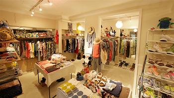 自由が丘駅南口より徒歩2分。「マーブルシュッド」自由が丘店には、かわいらしいテキスタイルや刺繍の施された、オリジナルのお洋服が揃っています。