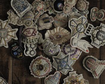 コレクションしたくなる、刺繍のエンブレム。