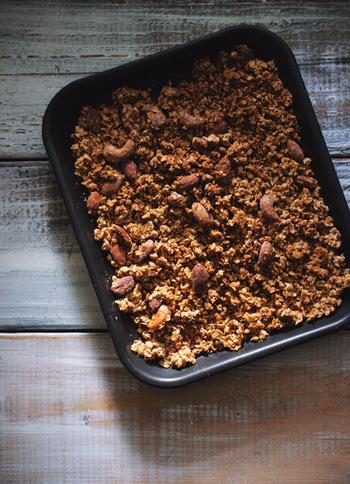 オートミールとミックスナッツから成るシンプルグラノーラ。 材料を混ぜて、オーブンに