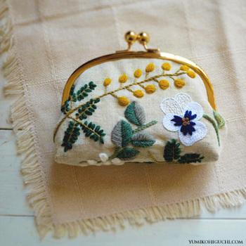 野花モチーフの素敵な刺繍にうっとりしてしまいますね。