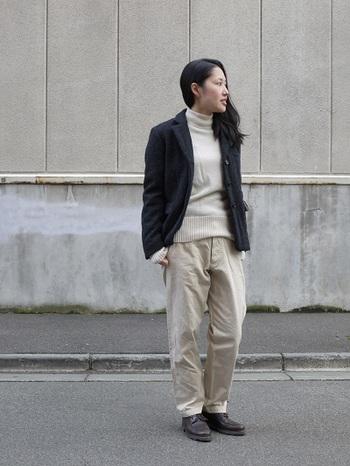 こちらはYAECAのウールジャケットを使ったコーデ。 黒っぽい色合いなので、白っぽいトップス・パンツがおすすめです。 とても暖かくて大人っぽいコーデですよね!