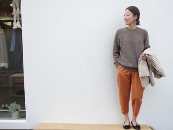 冬は何故か黒や白、シンプルなものが多くなっちゃう… という方にオススメなのがこのオレンジ色のタックパンツ。  トップスがグレーやブラックでもタックパンツが鮮やかだから 元気に見えますよ^^