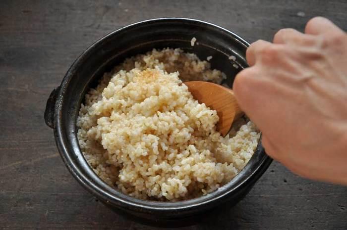 「びっくり炊き」は、米どころ秋田県で伝わる便利な炊飯方法です。 この方法だと、玄米を洗ってすぐに水にもつけずに炊き始める事ができ、普通の炊飯と同じくらいの時間で玄米を炊くことができちゃいます!
