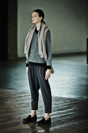 立体感のあるウール混素材がかわいいVネックプルオーバー。  ネックラインや袖口・裾に施されたリブ生地がアクセントになっているので、パンツに合わせてストールをさらっと羽織れば、あっという間に上級者ナチュラルコーデの出来上がりです。