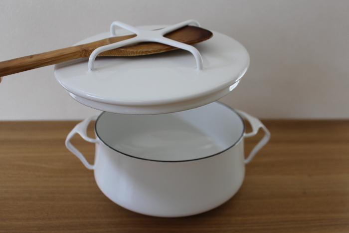 置くだけじゃなく、こんなふうな使い方も!蓋が熱くなっているときなど、便利です。