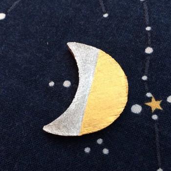 《夜空の三日月 ブローチ陶器 金&銀ハーフ》 素朴なかたちの三日月にほっこり。 ゴールドとシルバーで着色された陶器のブローチです。