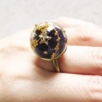 《宇宙指輪》 ころんとまんまるな宇宙を閉じ込めた石にはお星さまがきらきら。