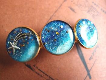 《宇宙バレッタJ》 ラメのきらきらが幾千の星が瞬く星空みたいできれい。 流れ星付きのバレッタです。