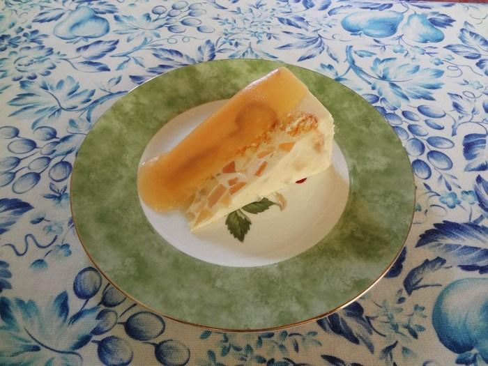 洋なしのケーキ  ババロアのようなムースの中に細かく刻んだ洋梨 そして洋梨のソースもかかった、洋梨ずくしのケーキ。 見た目もかわいい!