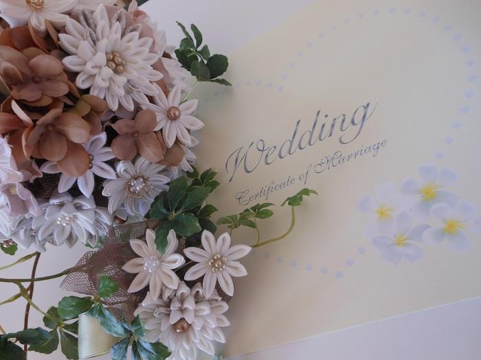 「和の技法」と思えません。白い花がとても清楚、ウェディングとつまみ細工がこんなに合うなんて驚きです。