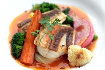 こんがり焦げ目の付いた新鮮なお魚と鎌倉野菜の組み合わせも、鎌倉の地ならでは。
