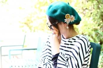 薄い色合いの花なので、カラフルな帽子につけると目立ちます。思わず帽子に目がいってしまいます。