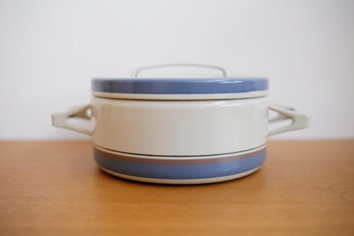 こちらもFINEL(フィネル)社製、Seppo Mallatデザインのホーロー両手鍋。  なかなか日本製にはない色味が素敵です。