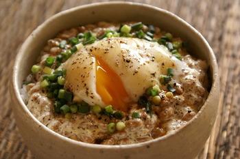 納豆にマヨネーズを入れて混ぜ、そのうえに半熟卵をON。ブラックペッパーをかけてちょっぴり大人味に。朝ごはんにこれさえあればOKな一品です。