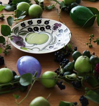 落ち着きあるブラックとパープルの色味に華やかさをもたらしているのが、アップルグリーン。  果物のもつ瑞々しさと華やかさは、食材や料理だけでなく、食卓の雰囲気をも盛り上げてくれます。
