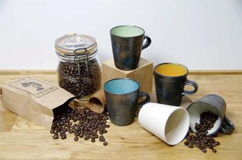 onekilnという、鹿児島の窯元とコラボして生まれたコーヒーカップは配色がモダンで素敵です。
