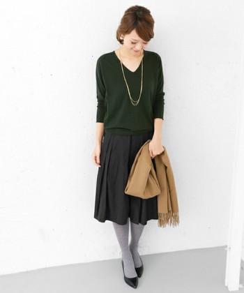スカートやクラシカルなパンツと合わせれば、きちんとした場にも着ていけます。