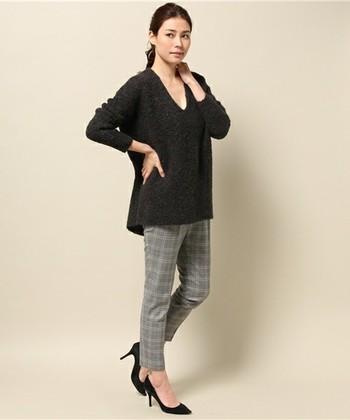 モコモコのブークレー素材に、エッジの効いたVネックを組み合わせて。女性らしい華奢な印象を与えています。