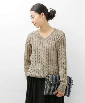 色ではなく織りで柄をつけたニットも、装いに変化をつけたい時に便利です。子供っぽくなりがちなケーブル編みも、Vネックなら落ち着いた雰囲気で着こなせますね。