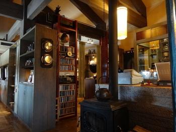 店内はアンティークで落ち着いた雰囲気。ジャズが静かに流れる大人のカフェです。小物、家具、額の絵などすべてにオーナーのこだわりと愛着が感じられます。