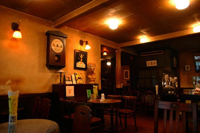 アンティークなインテリアで統一された店内は、これぞ大正レトロといったかわいらしい雰囲気。昼は喫茶店、夜になるとバーとして営業しています。