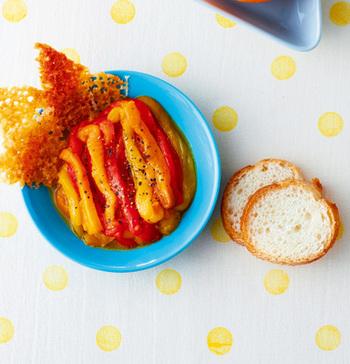 オーブンで焼くひと手間で甘みが増すパプリカ。彩りも鮮やかで食卓を楽しくしてくれますよ。バゲットを添えれば、おもてなしの一品にも。