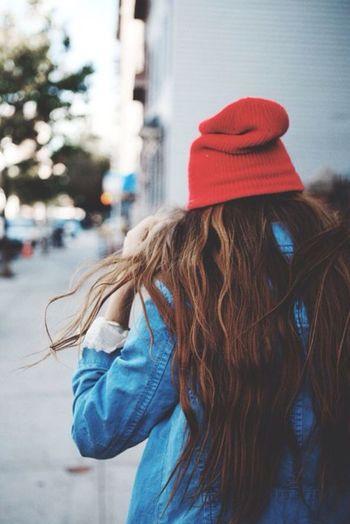 コーデのポイントとなる赤いニットキャップにはゆるやかウェーブのロングヘアで。女性らしくキュート。