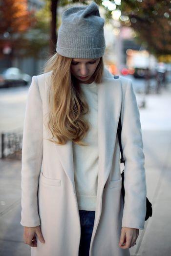 髪の毛を片側に寄せる、ワンサイドダウンのスタイルをニット帽でも。女性らしさあふれるきれいめコーデにもおすすめです。