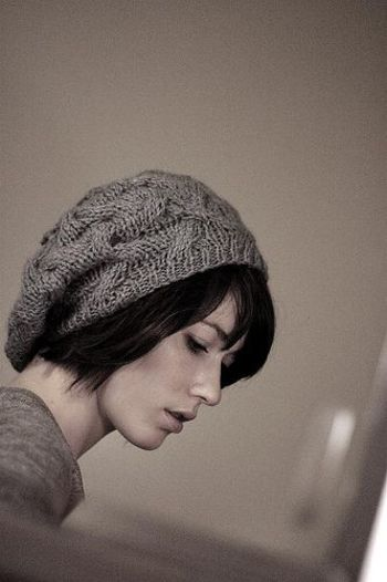 ゆるいシルエットのニット帽は、少し後ろ目にかぶって。ヘアもナチュラルにして優しくあたたかみあふれる印象に。