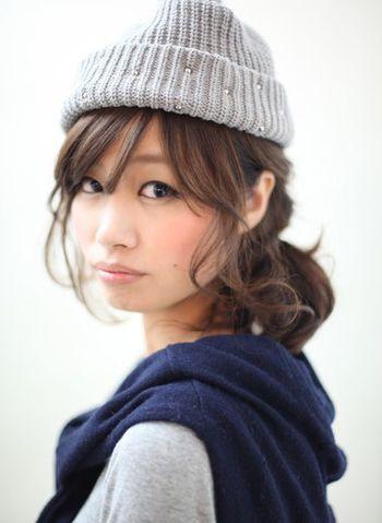 後れ毛をゆるめに巻いて遊ばせたスタイル。やわらかく冬によく似合うヘアスタイルで、ニット帽との相性もばっちり。