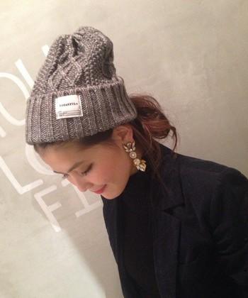 今年話題のケーブル編みのニット帽には、ルーズに巻いたおだんごヘアを。大ぶりピアスで女性らしさもプラス。おでこも出してすっきり爽やか♪