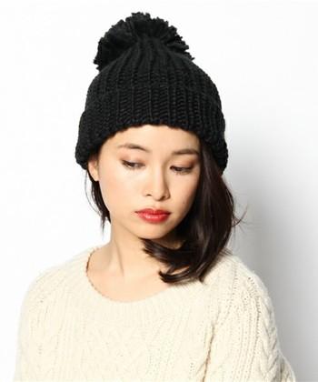 大きいポンポンがわいいニット帽にもワンサイドを。ミディアム、ボブでもピンで留めるだけで簡単にできちゃいます。